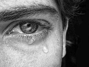 Qui n'a pas connu un jour la solitude et le sentiment d'être abandonné(e) ? Homme-pleure-300x225